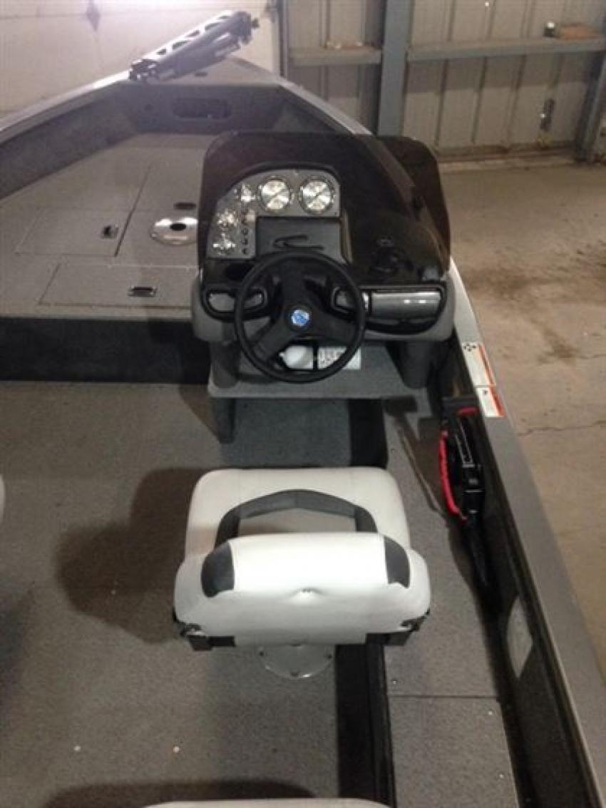 Crestliner Inc Fish Hawk 1600 - 32185