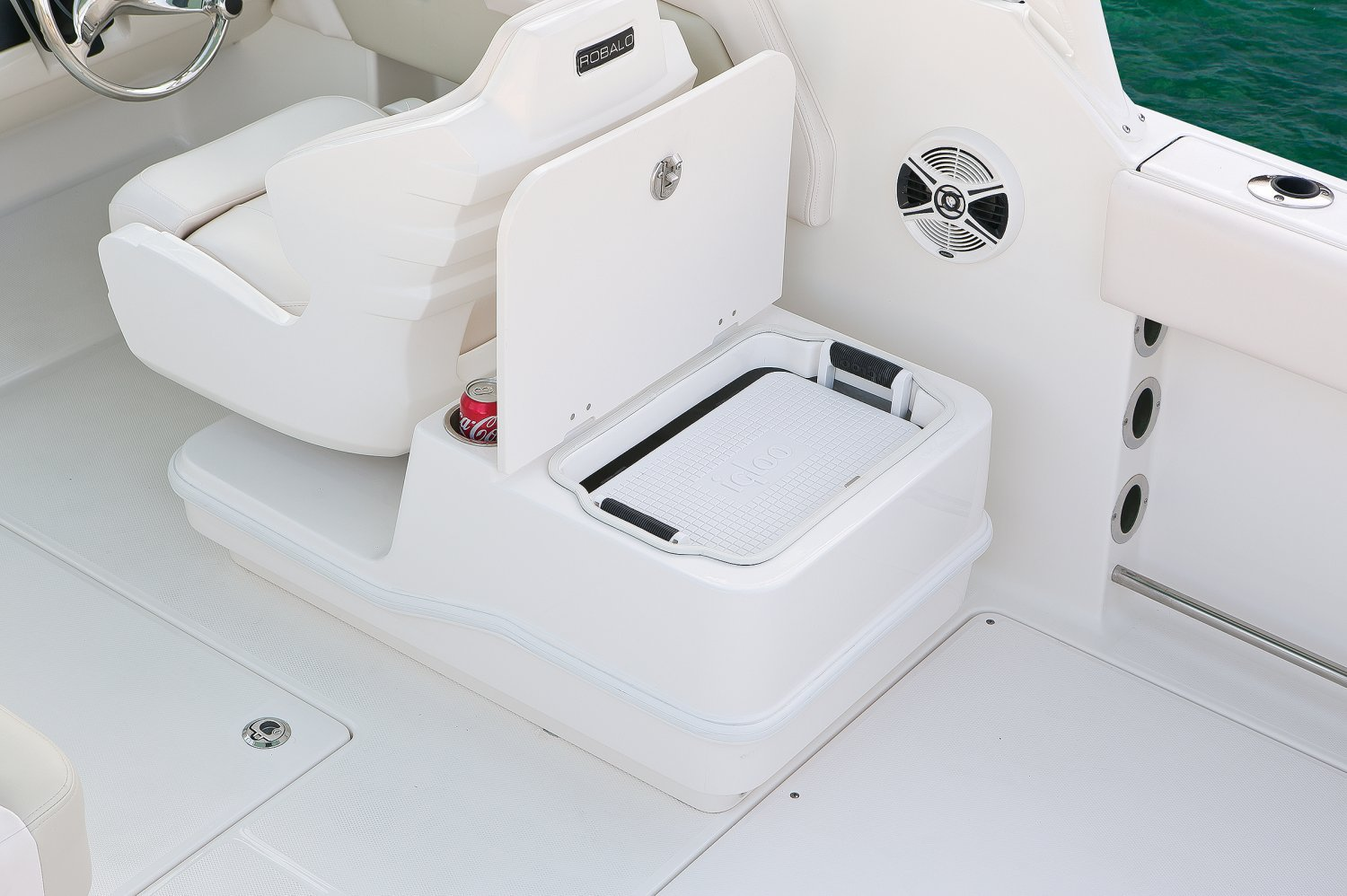 Robalo R247 - R247-CoolerStorage-01-17