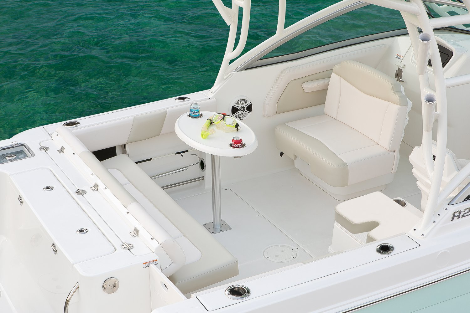 Robalo R247 - R247-CockpitTable-17