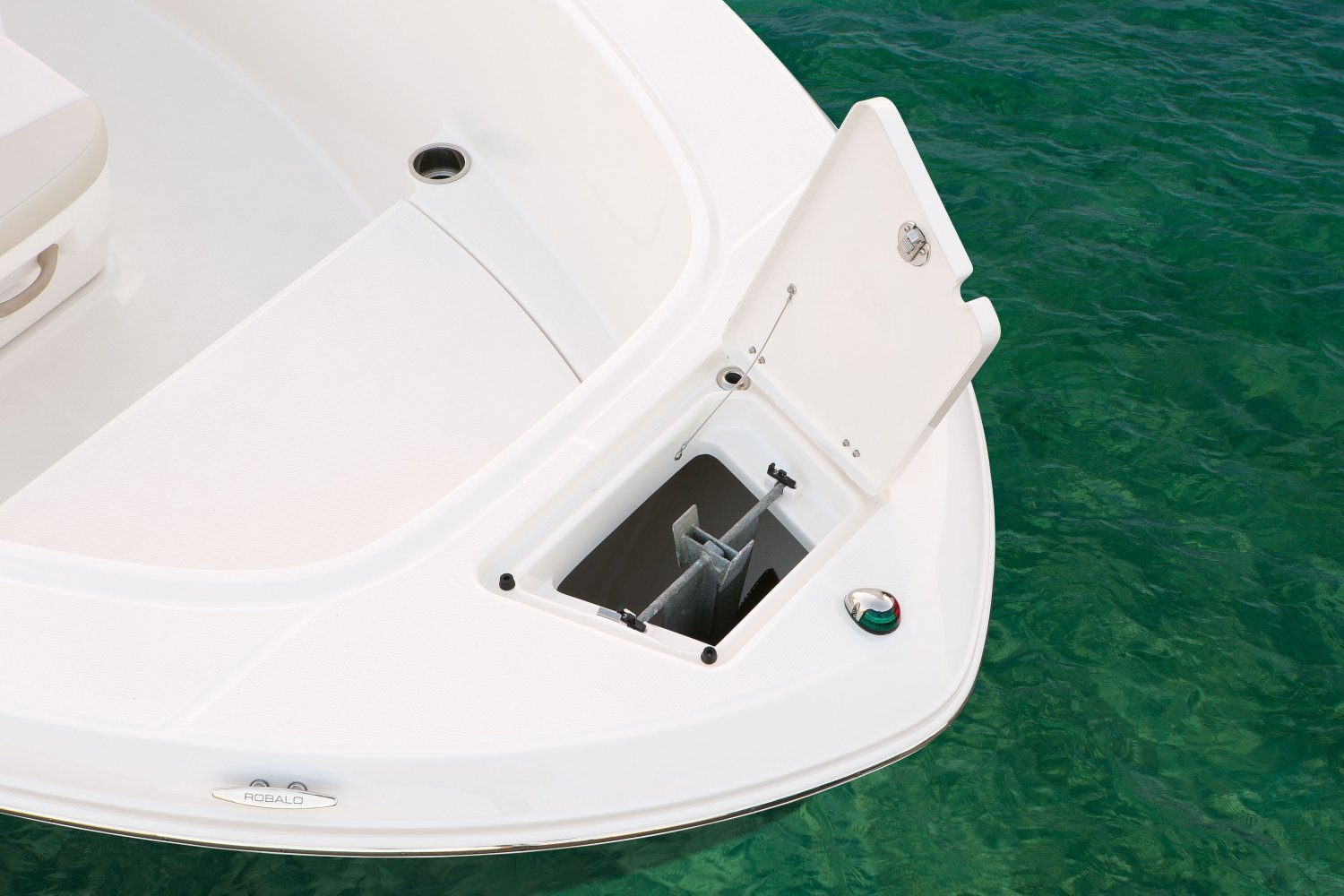 Robalo R180 - R180-AnchorLocker-16